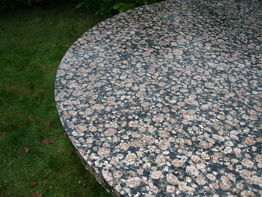 Wagner granit: havebord med nærbillede af baltic brown granit plade